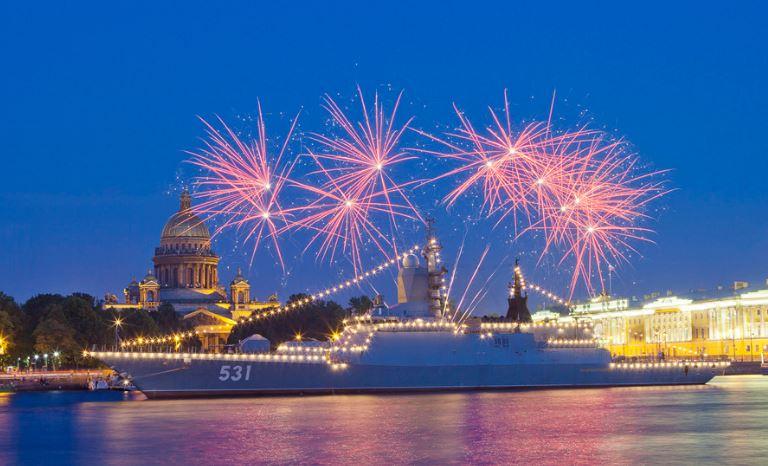 Праздничный салют на День ВМФ