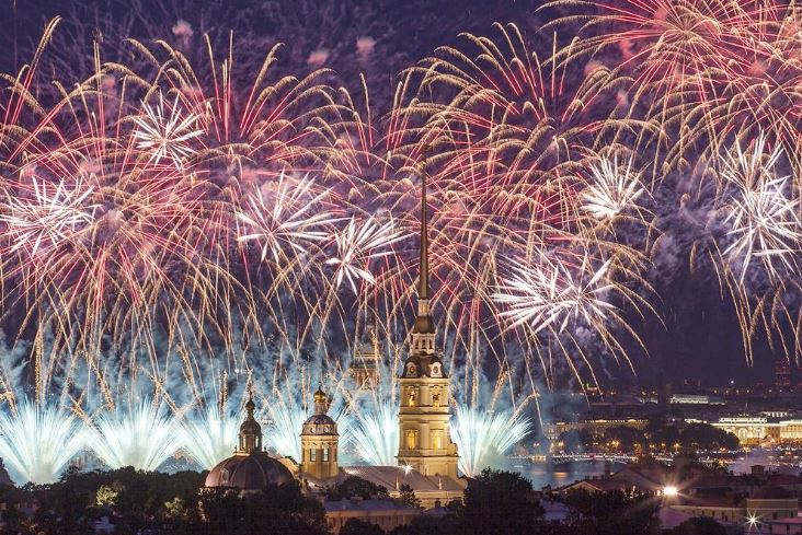 Праздничный салют на День ВМФ в Санкт-Петербурге